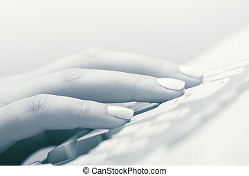 weibliche hand, tippen, auf, computertastatur