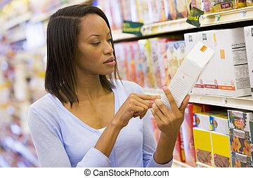 weibliche , käufer, prüfung, lebensmittel, beschriften