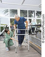 weibliche , krankenschwester, portion, älter, patient, mit, gehhilfe, in, fitness, studi