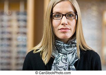 weibliche , kunde, abnützende brille, in, kaufmannsladen