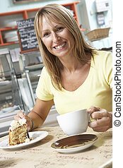 weibliche , kunde, genießen, scheibe kuchens, und, bohnenkaffee, in, caf