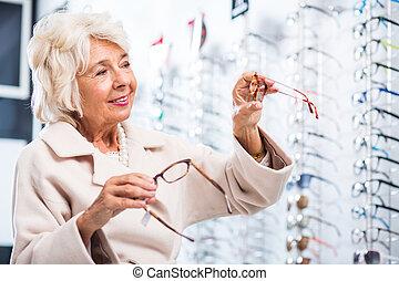 weibliche , kunde, in, optiker, kaufmannsladen
