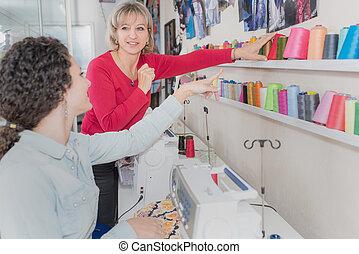 weibliche , kunde, kaufen, neu , geldbeutel, in, kaufmannsladen
