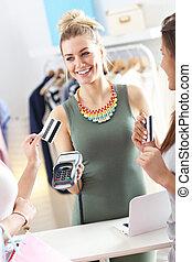 weibliche , kunde, lohnend, für, kleidung, in, kleiderladen