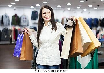 weibliche , kunde, mit, einkaufstüten, kleiderladen