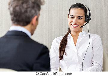 weibliche , kundendienstvertreter, anschauen, manager, in, aus