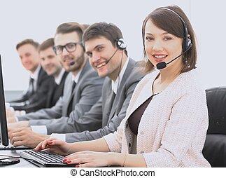 weibliche , kundendienstvertreter, und, kollegen, in, der, anruf- mitte