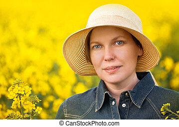 weibliche , landwirt, in, oilseed, rapeseed, kultiviert,...