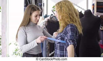 weibliche , nehmen, maßnahmen, junger, klient, needlewoman
