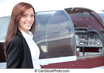 weibliche , pilot, stehende , neben, der, cockpit, von, a, leichtes flugzeug