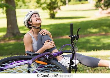 weibliche , radfahrer, mit, hurt bein, sitt