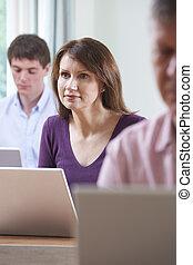 weibliche , reifer student, in, erwachsenenbildung, computerklasse