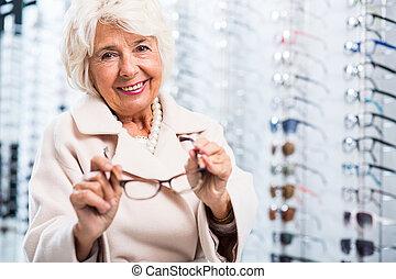 weibliche , rentner, in, optiker, kaufmannsladen