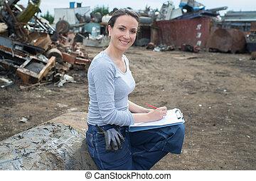 weibliche , scrapyard, arbeiter