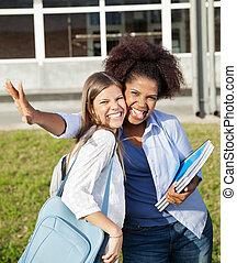 weibliche , studenten, gesichtsbehandlung, machen, ausdrücke, campus