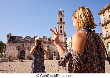 weibliche , tourismus, in, kuba, frauen, friends, aufnahme nehmend