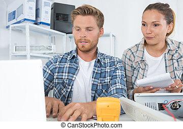 weibliche , und, mann, techniker, arbeitende , mit, transistor, in, laboratorium