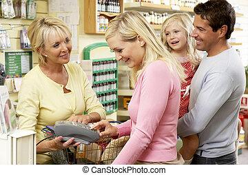 weibliche , verkaufsassistent, in, gesundheit nahrungsmittel...