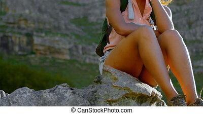 weibliche , wanderer, entspannend, auf, gestein, an,...