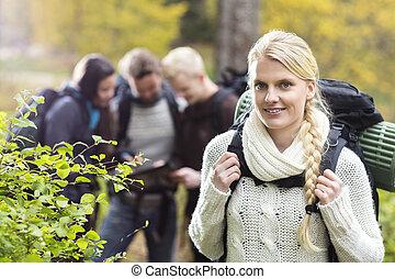 weibliche , wanderer, mit, friends, besprechen, in, hintergrund