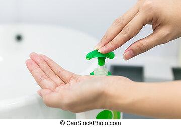 weibliche , waschen, pumpe, hand, hände, gel, sanitizer, gebrauchend, dispenser.