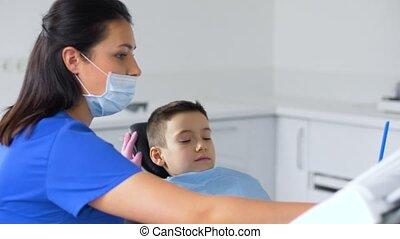 weibliche , zahnarzt, mit, kind, patient, an, dental, klinik