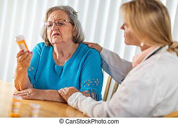 weiblicher doktor, sprechende , mit, älterer erwachsener, frau, über, medizinprodukt, verordnung