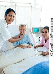 weiblicher doktor, und, krankenschwester, untersuchen, a, patient