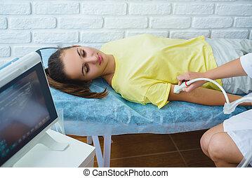 weiblicher doktor, untersucht, mädels, hand, mit, ultraschall, in, medizin, zentrieren