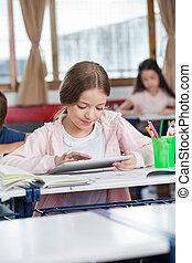 weiblicher student, gebrauchend, digital tablette, schreibtisch