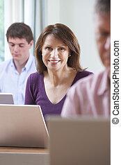 weiblicher student, in, erwachsenenbildung, computerklasse