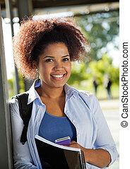 weiblicher student, lächeln, auf, universitätscampus