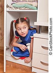 weibliches kind, aussehen, heraus, von, der, closet.