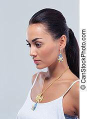 weibliches modell, posierend, aus, grauer hintergrund