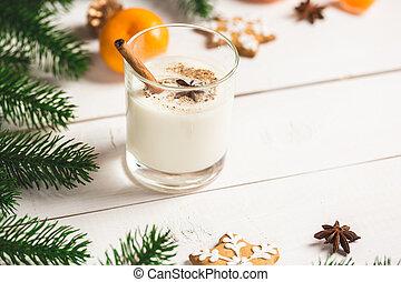 weihnachten, gingerbreads, mit, glasmilch, und, festlicher, zweige, fir., selbstgemacht, köstlich , pl�tzchen, auf, der, hölzern, hintergrund., frei, raum, für, dein, text.