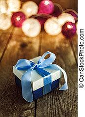 weihnachten, hintergrund, mit, dekorationen, und, geschenkschachtel, auf, holzbrett