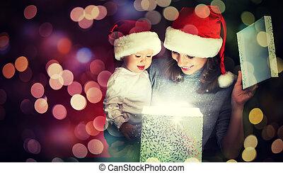 weihnachten, magisches, geschenkschachtel, und, a, glückliche familie, mutter baby