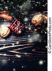 weihnachten, tanne, mit, dekoration, auf, dunkel, holzbrett, -, weihnachten, hintergrund, mit, a, rotes , verzierung, geschenk boxt
