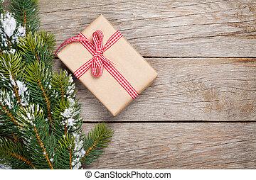 weihnachten, tanne, mit, schnee, und, geschenkschachtel