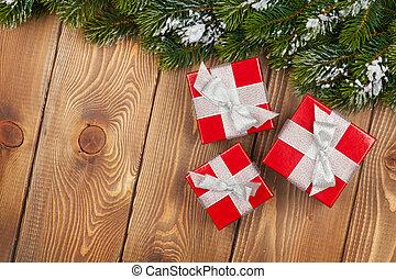 weihnachten, tanne, mit, schnee, und, rotes , geschenk boxt, auf, rustic, hölzern