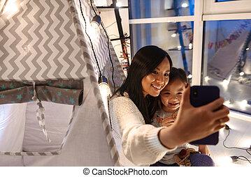 weihnachten, wenig, frau, töchterchen, sie, boden, beweglich, selfie, junger, haben, telefon., asiatisch, spaß, m�dchen, concept., nehmen