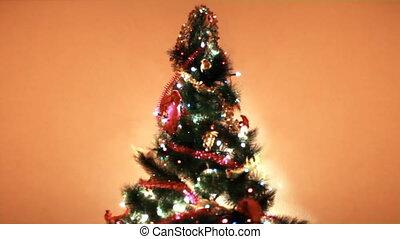 weihnachtsbaum, lit, bunte, lichter, hintergrund, wand, in,...