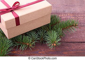 weihnachtsdeko, tanne, mit, geschenkschachtel, auf, holzbrett