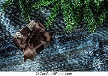 weihnachtsgeschenk, kasten, tannenzweige, auf, holzbrett