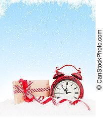 weihnachtsgeschenk, kasten, und, wecker, in, schnee