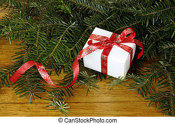 weihnachtsgeschenk, mit, tanne, auf, hölzern, hintergrund