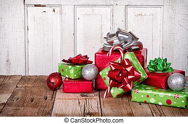 weihnachtsgeschenke, auf, hölzern, hintergrund