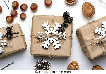 weihnachtsgeschenke, nüsse, kiefer- kegel, weiß, hintergrund, nacural, dekor, materialien, winter, feiertage, begriff