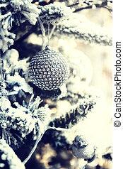 weihnachtskugel, auf, schneebedeckte , tanne