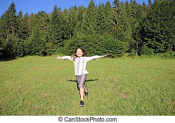 weinig; niet zo(veel), akker, rennende , groene, meisje, gras, vrolijke